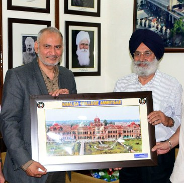 LSE Director Dr. Inderjit Seehra being honored by KCGC Honorary Secretary RMS Chhina